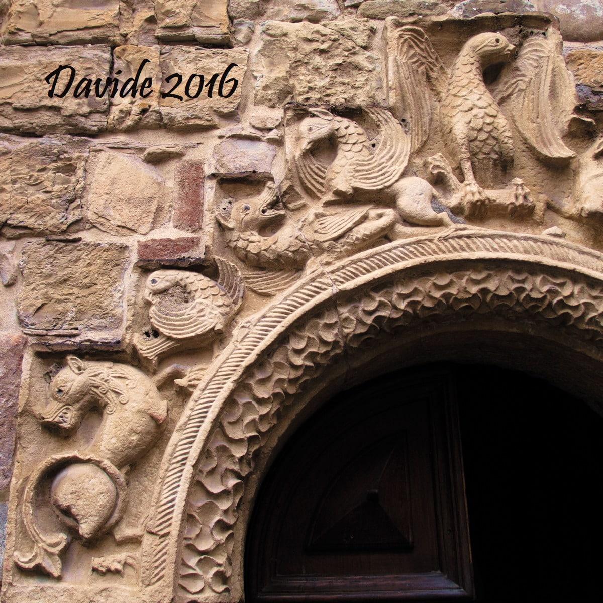 Fornovo di Taro (Parma, Emilia-Romagna – Val Taro, Italia). Pieve di Santa Maria Assunta: archivolto del portale Sud-Ovest. Davide Tansini. 2016. Fotografia digitale