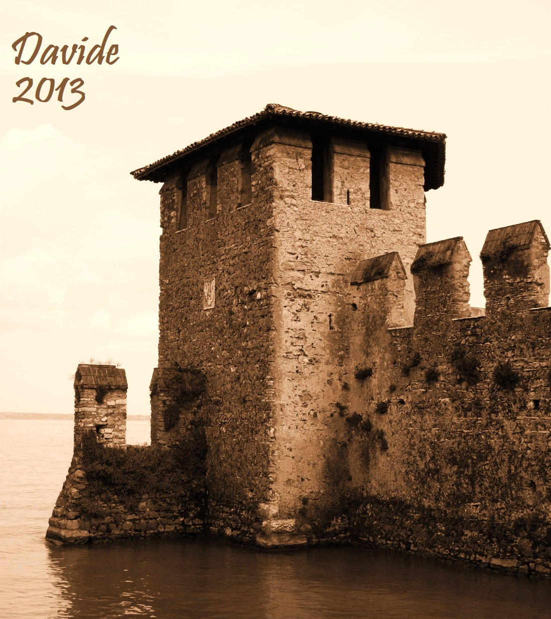 Sirmione (Brescia, Lombardia – Lago di Garda, Italia). Castello Scaligero: torre Sud-Est della darsena affacciata sul Lago Benaco. Davide Tansini. 2013. Fotografia digitale